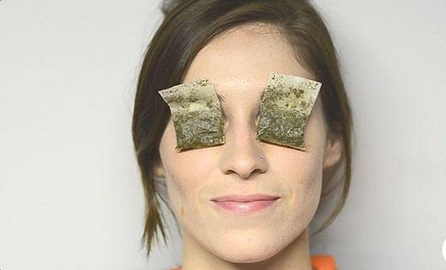 Cách trị bọng mắt dưới bằng trà túi lọc ướp lạnh